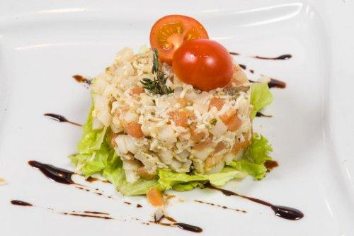 Салат с кальмарами и лососем