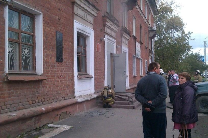 В Омске здание военкомата на улице Богдана Хмельницкого тушили 30 спасателей (фото)