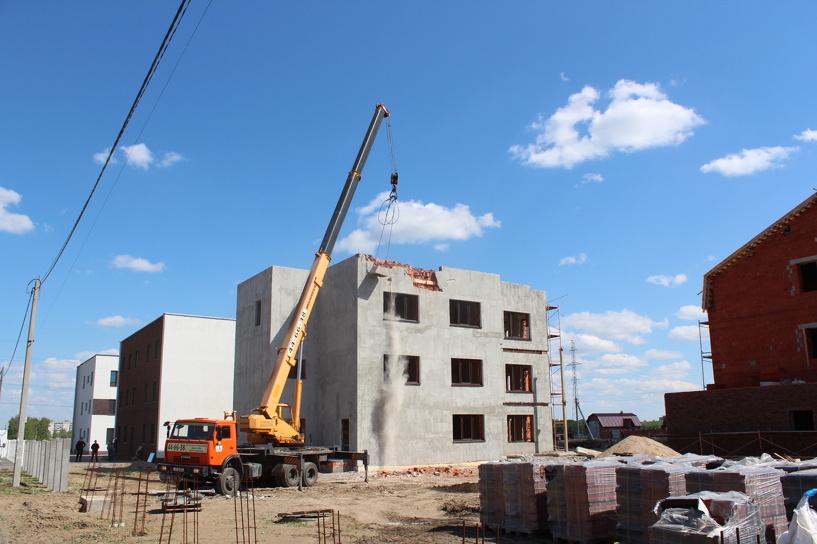 Омские приставы начали сносить трехэтажный дом в Чукреевке