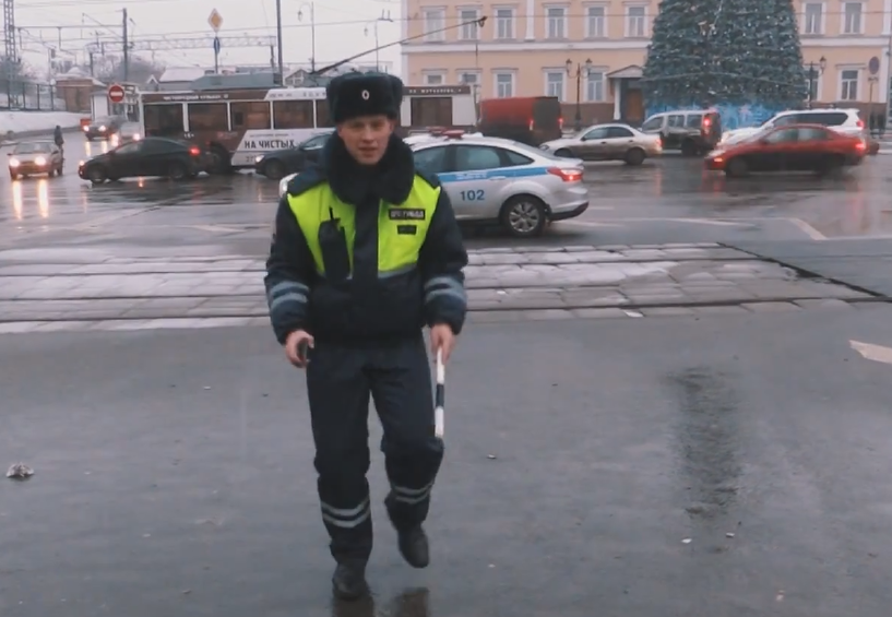 Happy и танцующий ДПСник. Хор МВД поздравил россиян с Новым годом