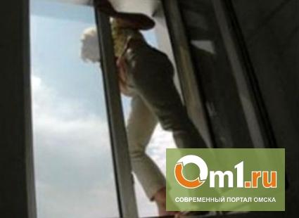 В Омске девочка-подросток выбросилась из окна