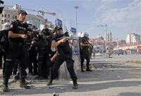 В Турции спецназ вытеснил протестующих с площади Таксим