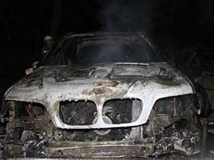 В Омске ночью при загадочных обстоятельствах сгорели два авто