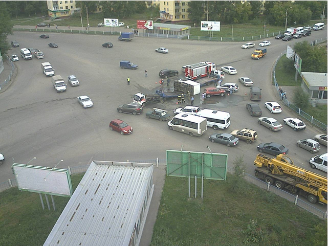 В Омске женщина на внедорожнике перевернула грузовую «Газель» и врезалась в иномарку (обновлено)