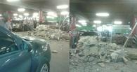 В омской «МЕГЕ» на Mercedes упал потолок (фото)