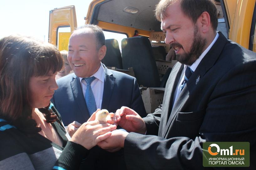 Якубович 2.0: Морозов на День России раздавал жителям Омской области цыплят