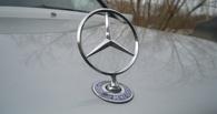 В Омске на припаркованный Mercedes упала бетонная плита