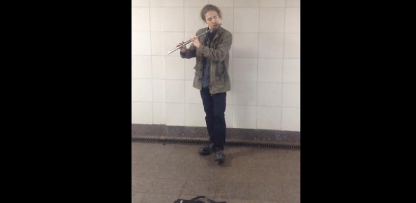 Омич сыграл в переходе Моцарта на флейте