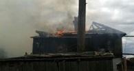 На окраине Омска горел старый деревянный дом