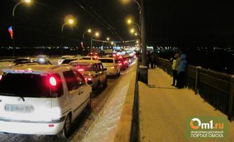 Омский таксист спас парня, который крестился на мосту перед прыжком