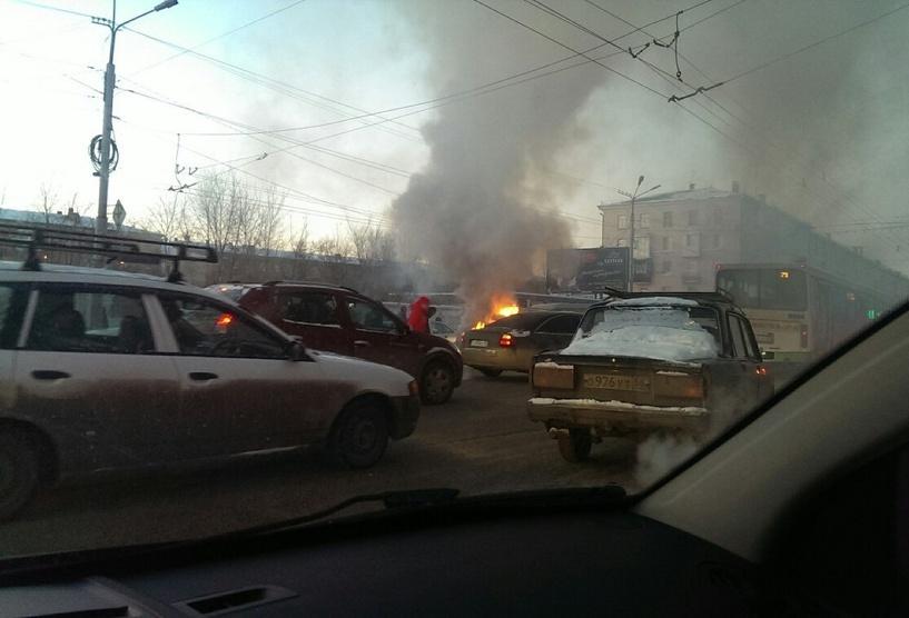 В Омске посреди проспекта Маркса сгорел кроссовер