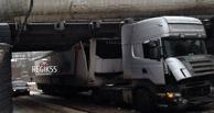В Омске из-за фуры, застрявшей в тоннеле, образовалась пробка (фото)