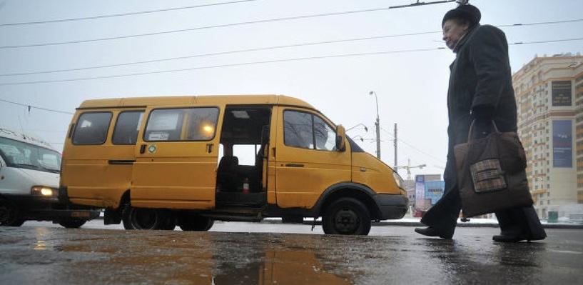 В Омске с водителя маршрутки взыскали 250 тысяч рублей за езду на обочине