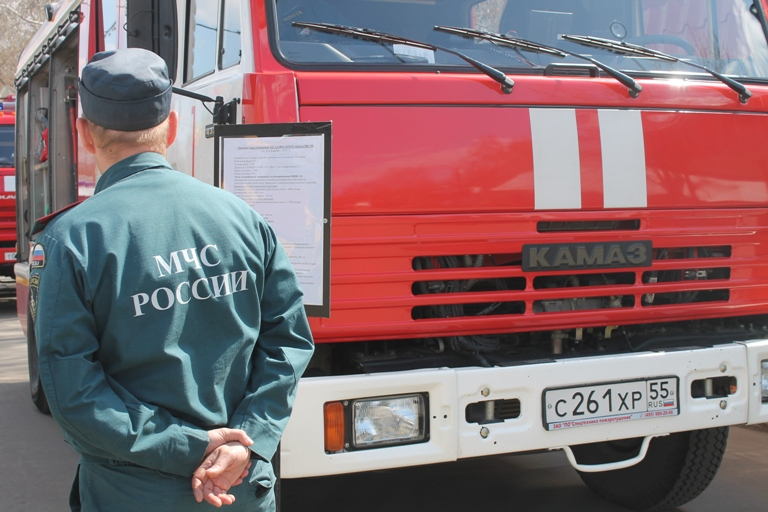 В Омске 10 пожарных тушили беседку в Центральном округе