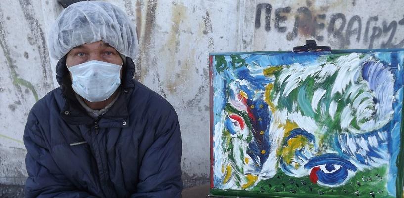 Омичи продают картины бездомного, чтобы восстановить его документы