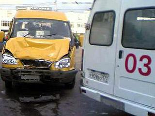 В Омске водитель маршрутки сбил девушку на остановке
