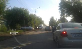 Омич, сбивший столб и устроивший пробку на улице Воровского, спасал собаку
