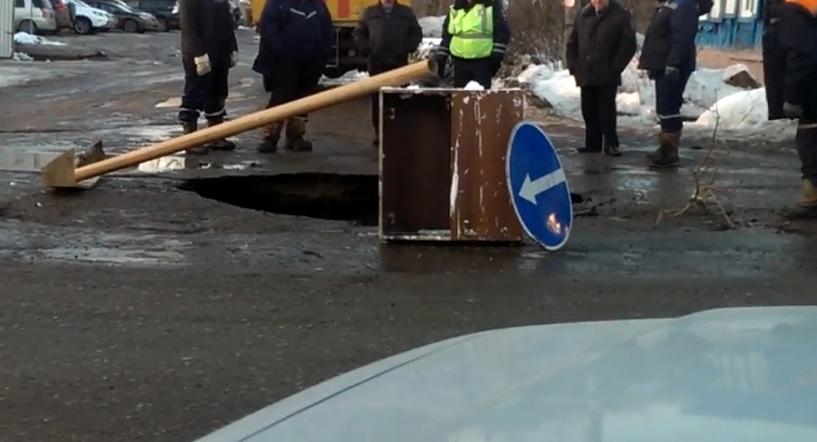 Весна пришла: в Омске на улице Красных Зорь провалился асфальт