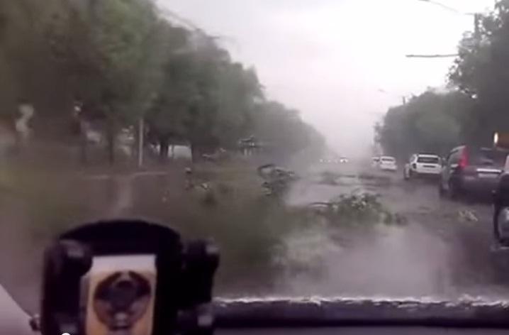 По Омску прошлась стихия, ломая деревья и крыши
