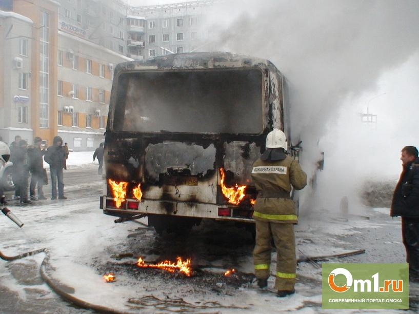 В Омске загорелся еще один автобус