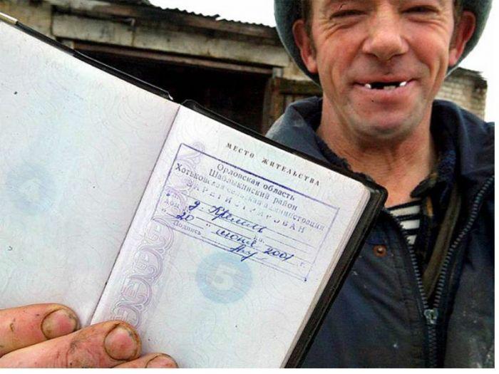 Под Омском паспортистка прописывала бездомных за тысячу рублей
