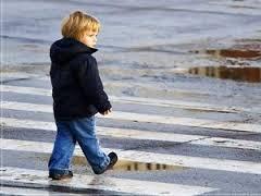 В Омске двухлетний ребенок попал в ДТП, переходя дорогу