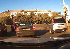 Омскую автоледи, с кулаками напавшую на водительницу «Мерседеса», позвали в суд