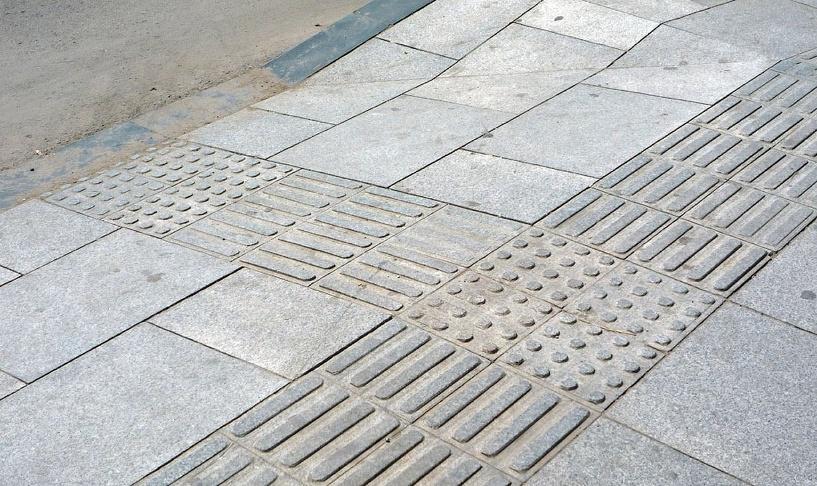 19 городских объектов Омска оборудуют тактильной плиткой