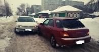 В Омске из-за нечищеного снега не разъехались две иномарки