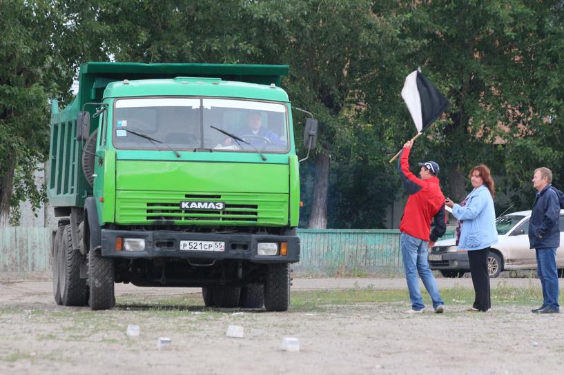 Скоростные маневры на КамАЗе: в Омске соревновались водители большегрузов