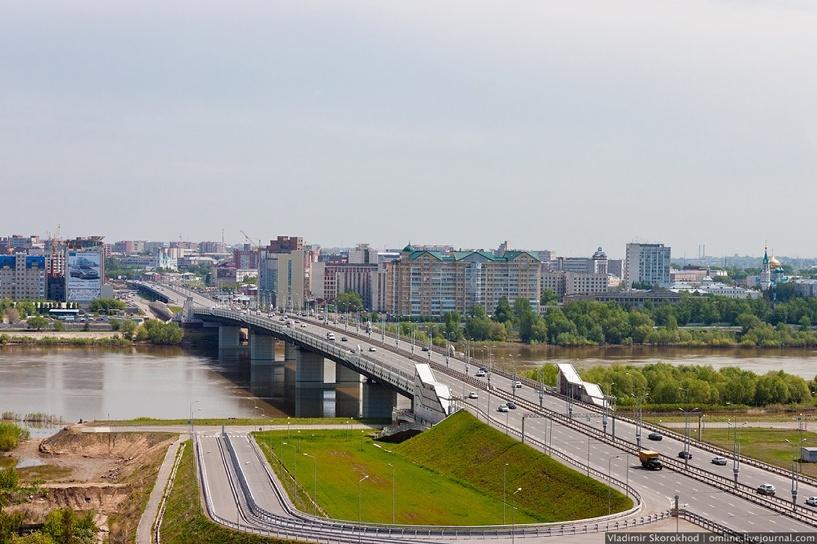 В Омске у метромоста водитель Volkswagen насмерть сбил пешехода и улетел в кювет