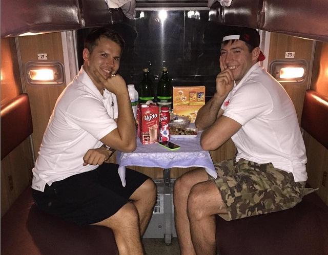 Хоккеисты «Авангарда» уехали в Челябинск на поезде