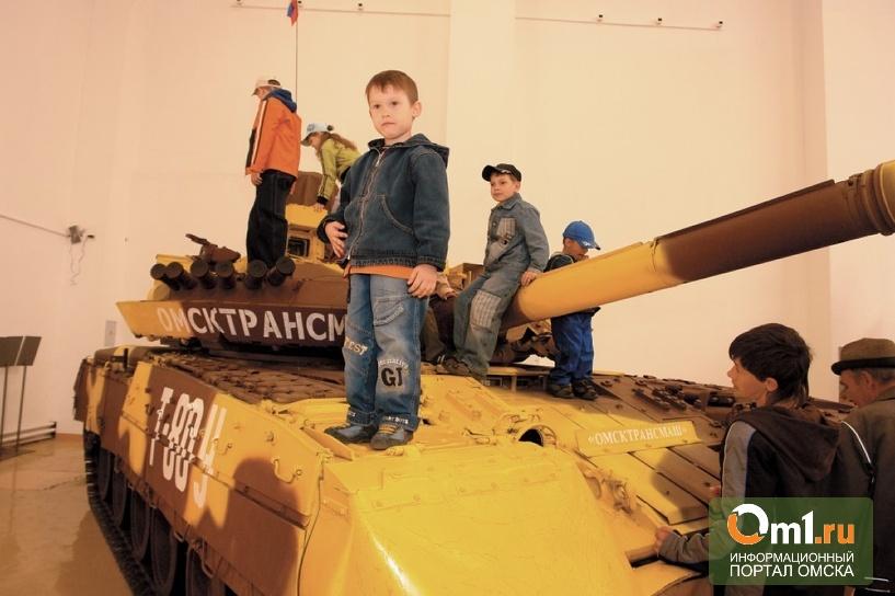 В Омске на ВТТВ школьнику зажало руку в бронемашине