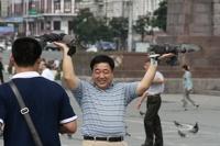 Китайским туристам запретили пить суп из миски и ковыряться в носу