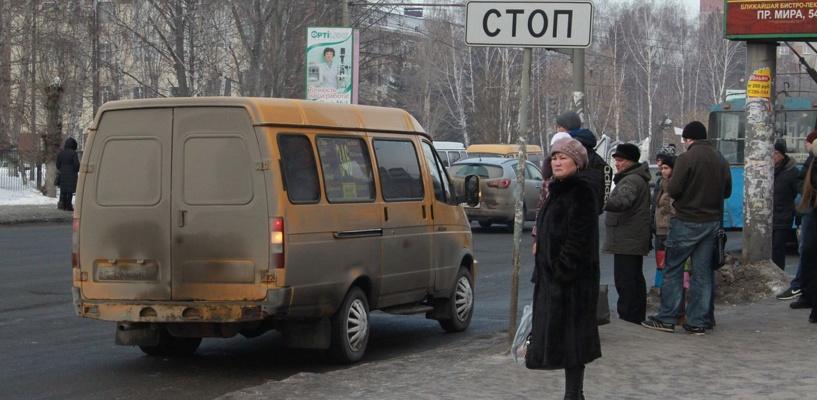 В Омске из-за разбитых дорог изменился маршрут микроавтобуса №418