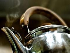 В Омской области семилетний мальчик опрокинул на себя кипящий чайник