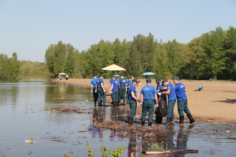 Омские спасатели очистили берег Иртыша от мусора