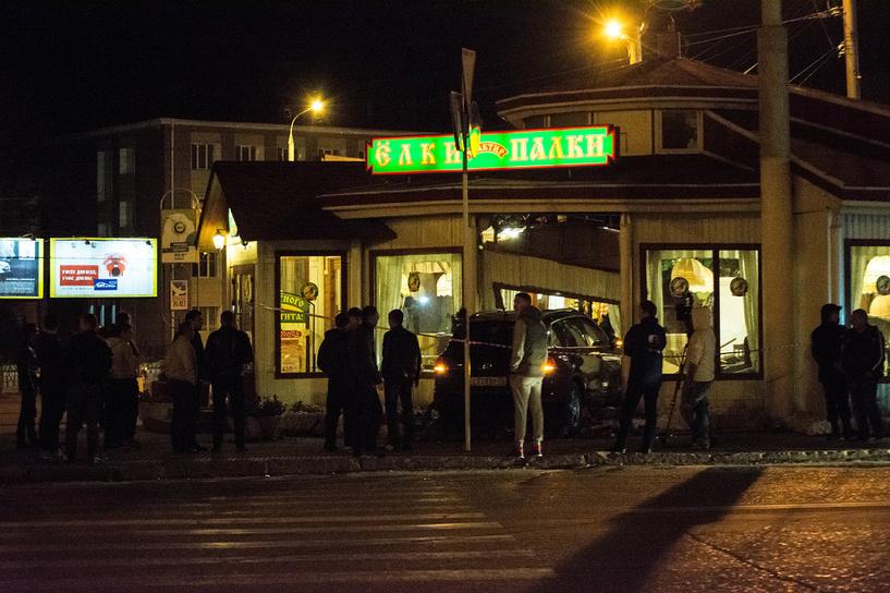 В Омске иномарка врезалась в кафе «Ёлки-Палки». Пострадали посетители кафе (фото)
