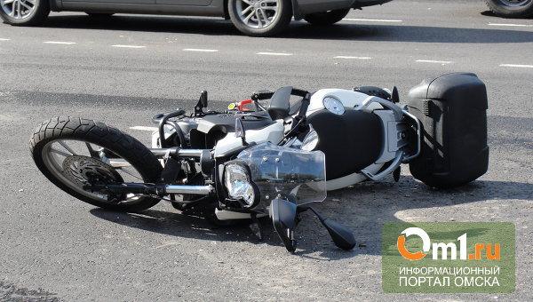 В Омской области мотоциклист врезался в стоящий автомобиль