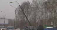 В Омске на улице Ватутина столб навис над проезжей частью