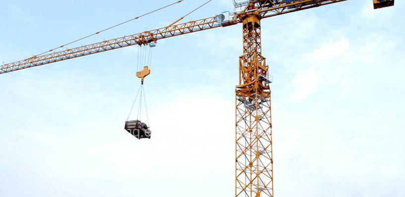В Омске у завода приставы забрали башенный кран