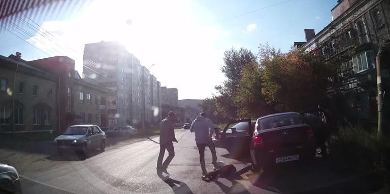 В Омске нетрезвая компания избила молодого человека из-за украденной собаки