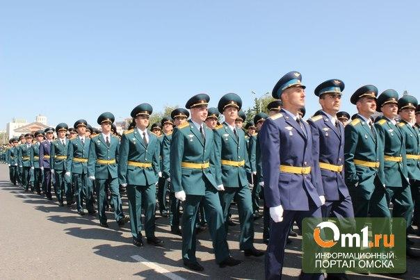 Губернатор Омской области вручил именные часы выпускнику танкового института