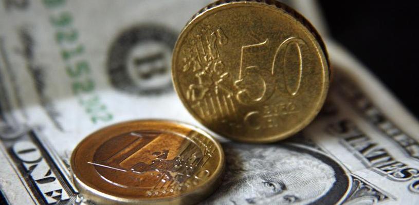 Курс валют: рубль в начале торгов снизился к доллару и евро