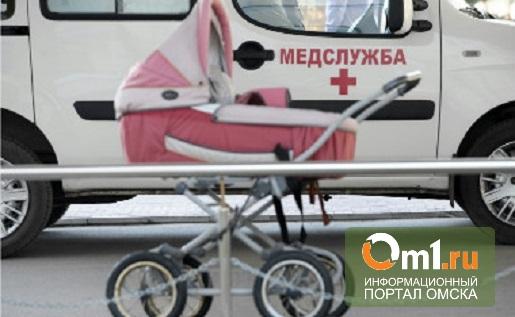 В Омске маршрутка чуть не сбила коляску с ребенком