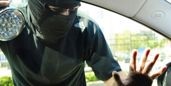 Омские полицейские ищут свидетелей кражи из автомобиля