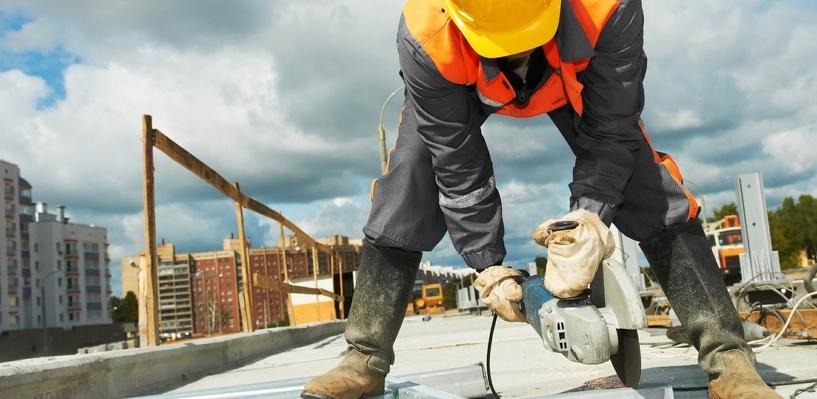 В Омске молодой рабочий сломал шею, ремонтируя здание на Любинском проспекте