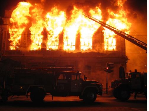 Из-за неосторожного обращения с огнем в Омске сгорел офис строительной фирмы