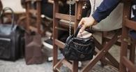 У омички в кафе украли 2,5 тысячи рублей, пока та отмечала 8 Марта