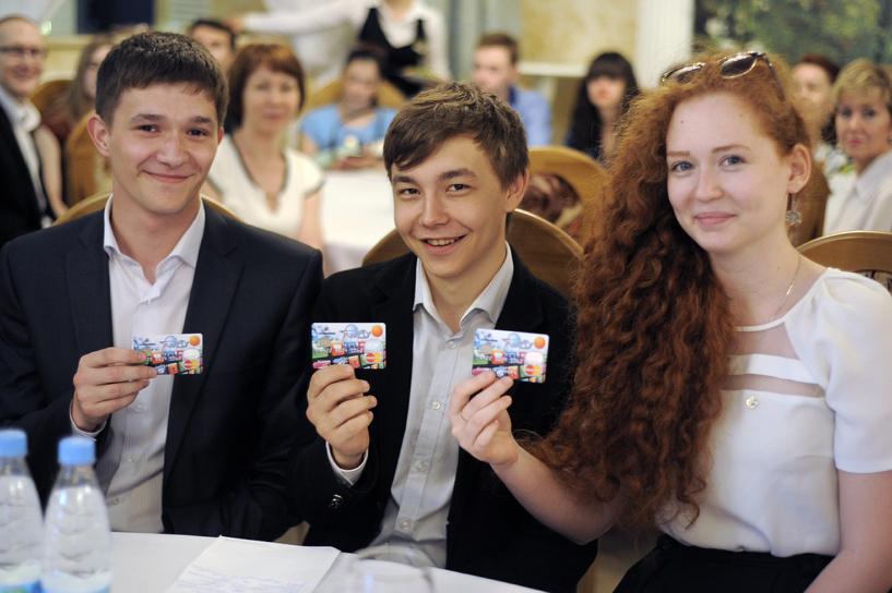 Мэр Омска раздал первые студенческие дисконтные карты
